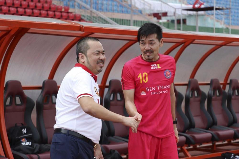 Bầu Bình (trái) mời cựu tuyển thủ Nhật Matsui khoác áo Sài Gòn FC. Ảnh: ANH HUY