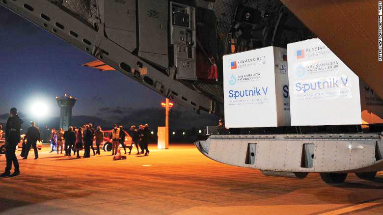 Lô vaccine Sputnik V của Nga về đến Slovakia hôm 1-3. Ảnh: CNN