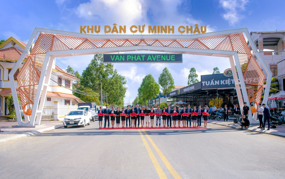 Đại diện các đơn vị cắt băng khánh thành cổng chào dự án KDC Minh Châu (Vạn Phát Avenue)