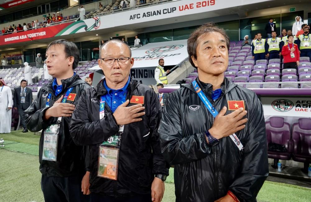 HLV Park Hang-seo (giữa) và các cộng sự quyết tâm đưa bóng đá Việt Nam lên một tầm cao mới. Ảnh: ANH HUY