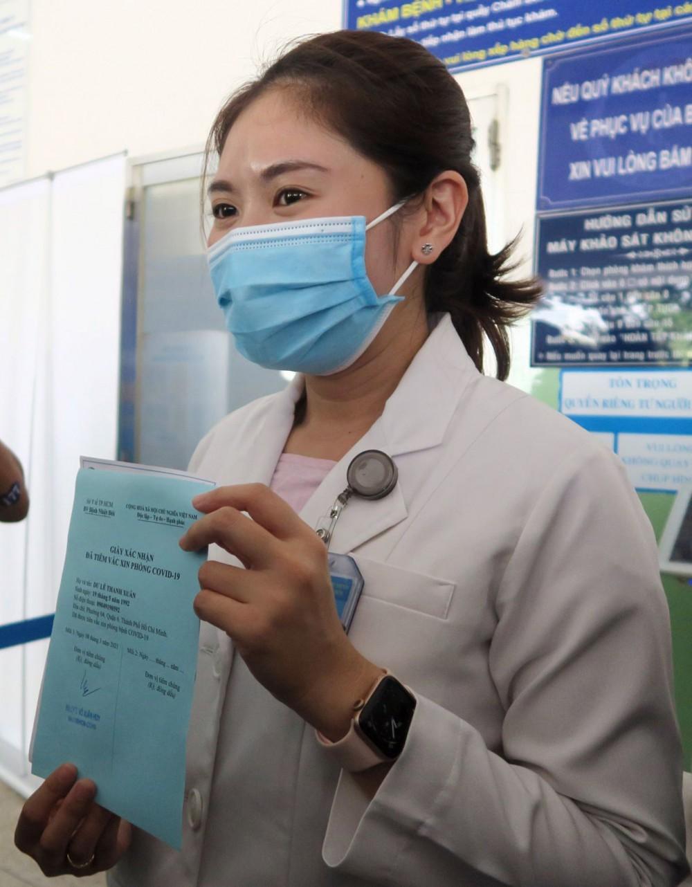 Bác sĩ Dư Lê Thanh Xuân, Khoa Hồi sức cấp cứu, chống độc người lớn, Bệnh viện Bệnh Nhiệt đới Thành phố Hồ Chí Minh - người đầu tiên được tiêm vaccine phòng COVID-19. Ảnh: ĐINH HẰNG - TTXVN