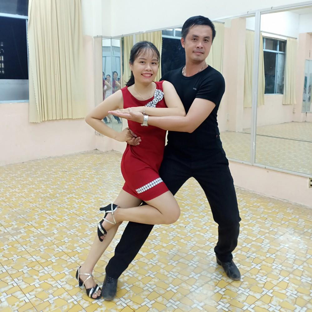 Học viên lớp khiêu vũ tại Trường Cao đẳng Văn hóa Nghệ thuật Cần Thơ tập luyện với thầy. Ảnh: CTV