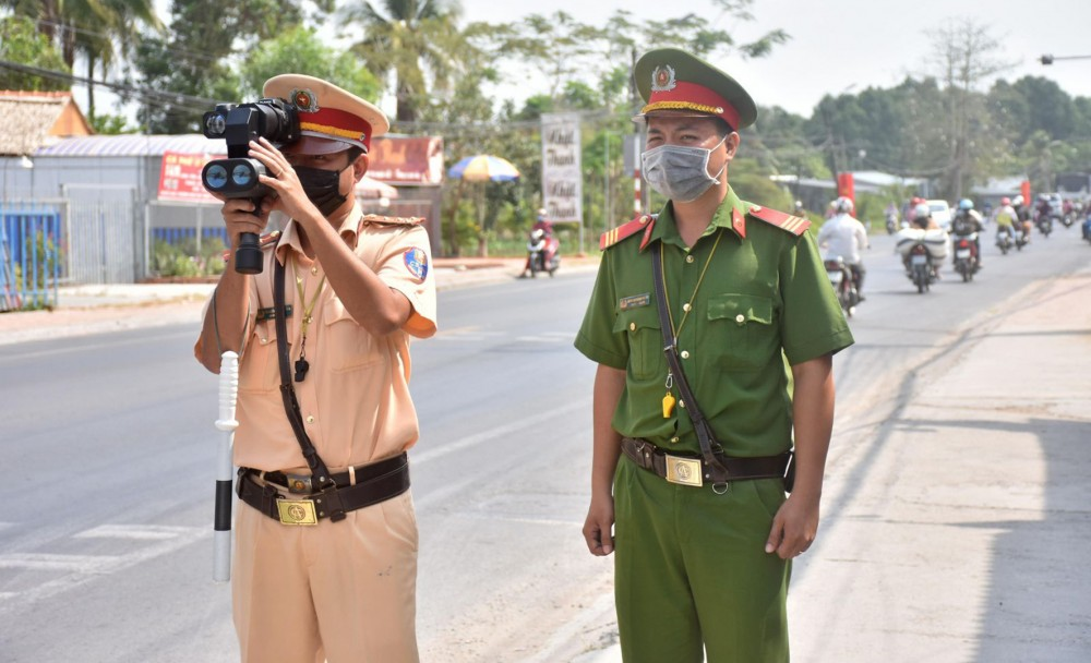 CSGT-TT Công an quận Ô Môn kiểm tra tốc độ trên đường Tôn Đức Thắng.