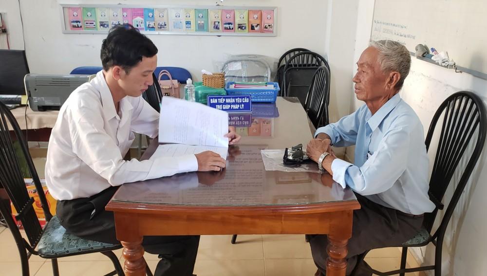 Trợ giúp viên pháp lý, Trung tâm TGPL TP Cần Thơ - Chi nhánh số 2 (quận Thốt Nốt) tư vấn pháp luật cho người dân.