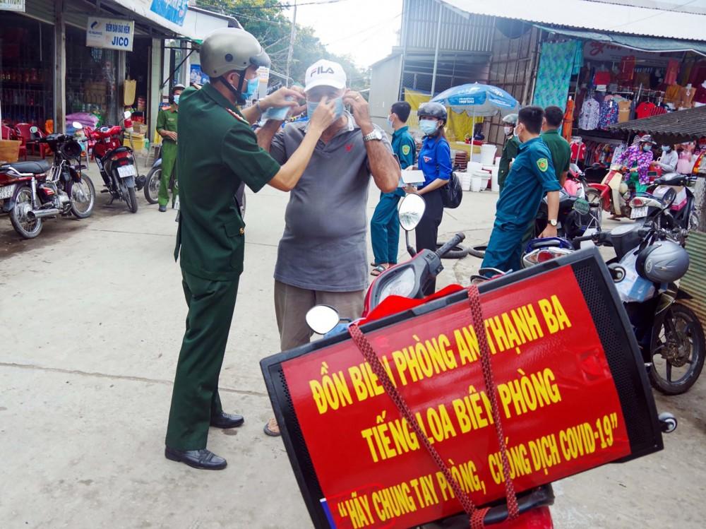"""Cán bộ Đồn biên phòng An Thạnh Ba, huyện Cù Lao Dung với """"Tiếng loa Biên phòng"""" tuyên truyền về việc phòng chống dịch COVID-19. Ảnh: TTXVN"""