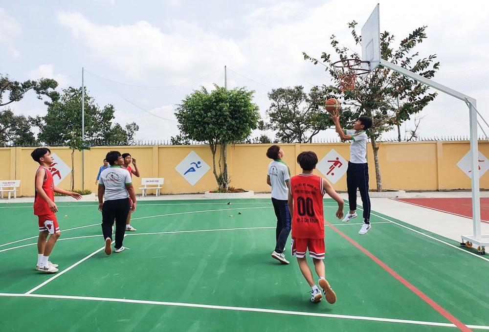 Học sinh Trường THCS Trường Thành 1 thi đấu Bóng rổ.