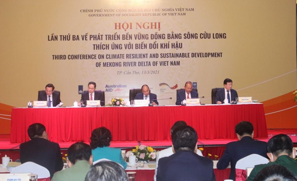 Thủ tướng Chính phủ Nguyễn Xuân Phúc (giữa) chủ trì Hội nghị lần thứ ba về phát triển bền vững ĐBSCL thích ứng BĐKH.