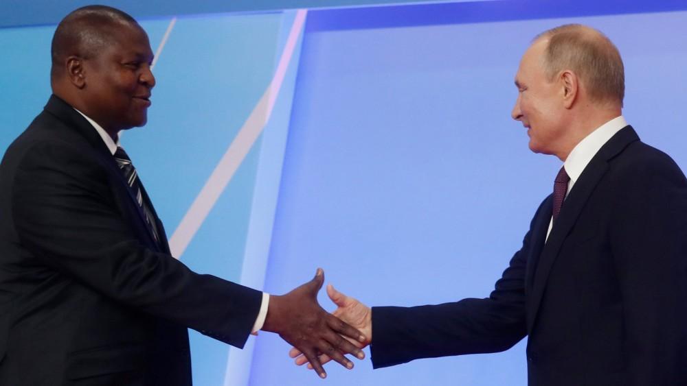 Tổng thống Nga Putin (phải) và người đồng cấp CAR Touadéra. Ảnh: Reuters