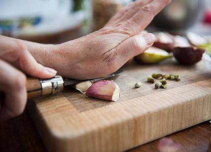 Ăn tỏi tươi giữ được nhiều công dụng tốt hơn so với tỏi nấu chín.