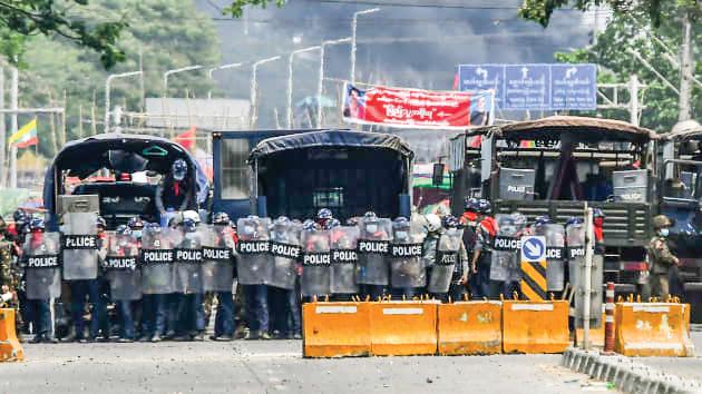 Lực lượng an ninh được triển khai dày đặc để chống biểu tình ở Yangon hôm 14-3. Ảnh: AFP