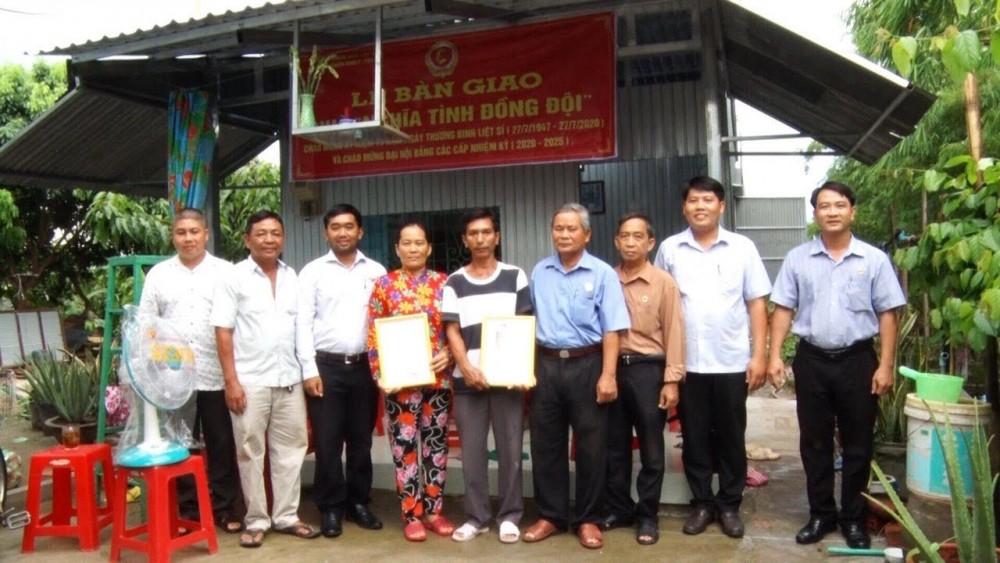 Đại diện Hội CCB quận Thốt Nốt và phường Tân Lộc bàn giao Nhà nghĩa tình đồng đội cho gia đình CCB Phan Thành Cư (ở khu vực Long Châu).