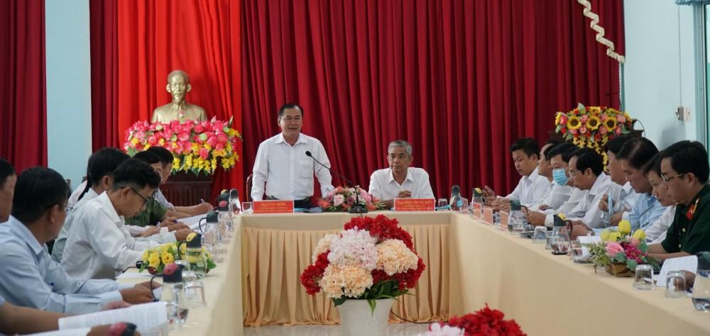 Đồng chí Lê Văn Thành, Ủy viên Ban Thường vụ, Chủ nhiệm Ủy ban Kiểm tra Thành ủy phát biểu trong buổi kiểm tra công tác chuẩn bị bầu cử ở huyện Vĩnh Thạnh.