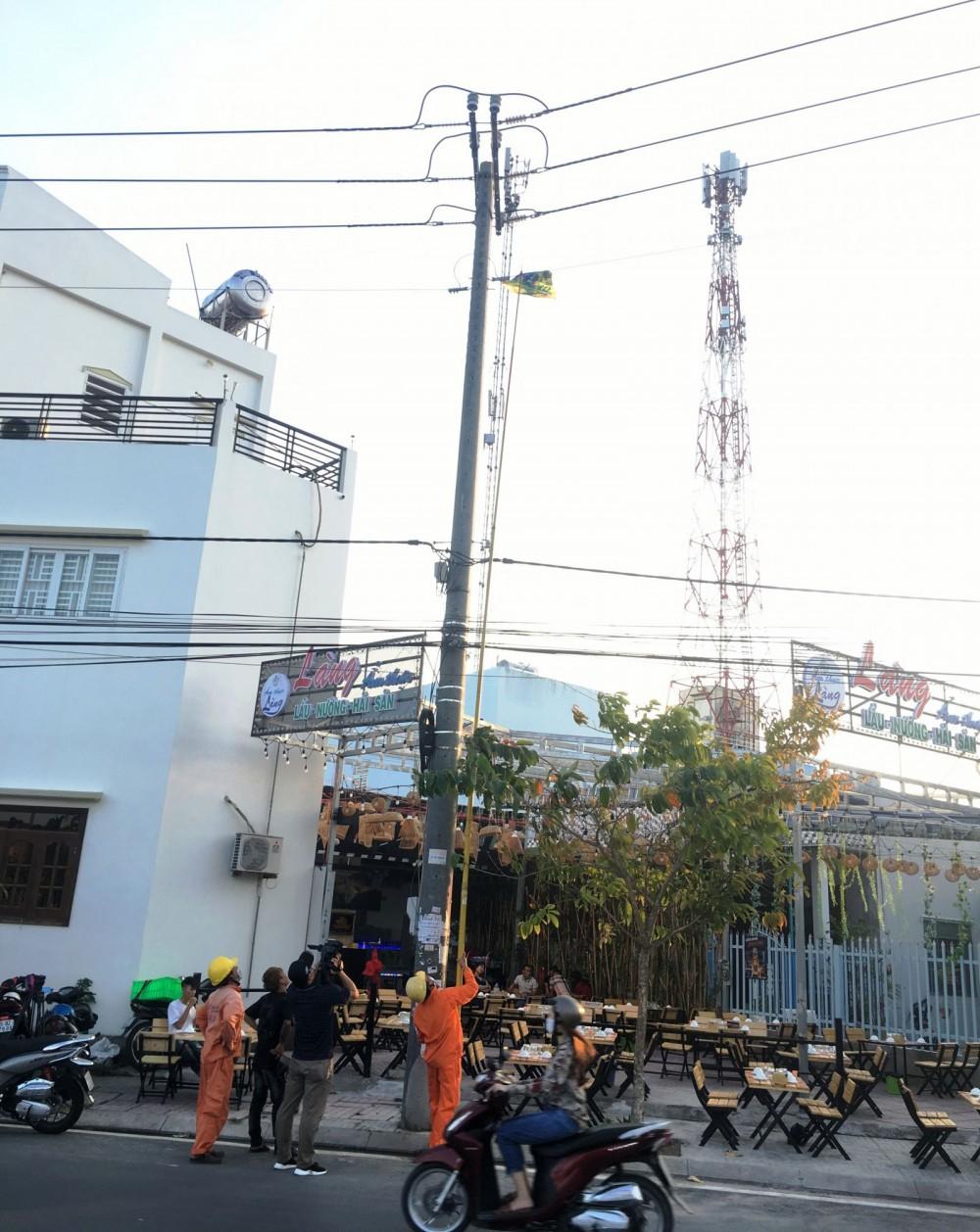 Công nhân ngành điện thực hiện tháo gỡ diều vướng vào đường dây điện trên địa bàn phường An Khánh, quận Ninh Kiều.