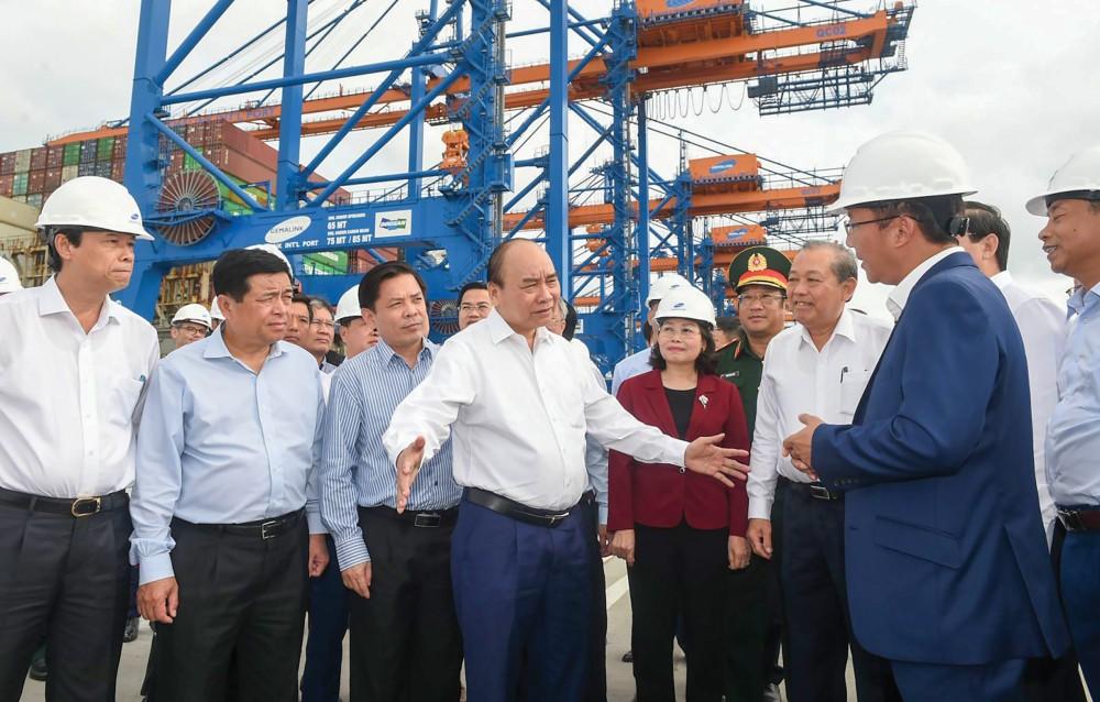 Thủ tướng Nguyễn Xuân Phúc đến kiểm tra bến cảng Gemalink khi cảng mới đón tàu vào khai thác chuyến đầu tiên vào tháng 1-2021. Ảnh: VGP/QUANG HIẾU