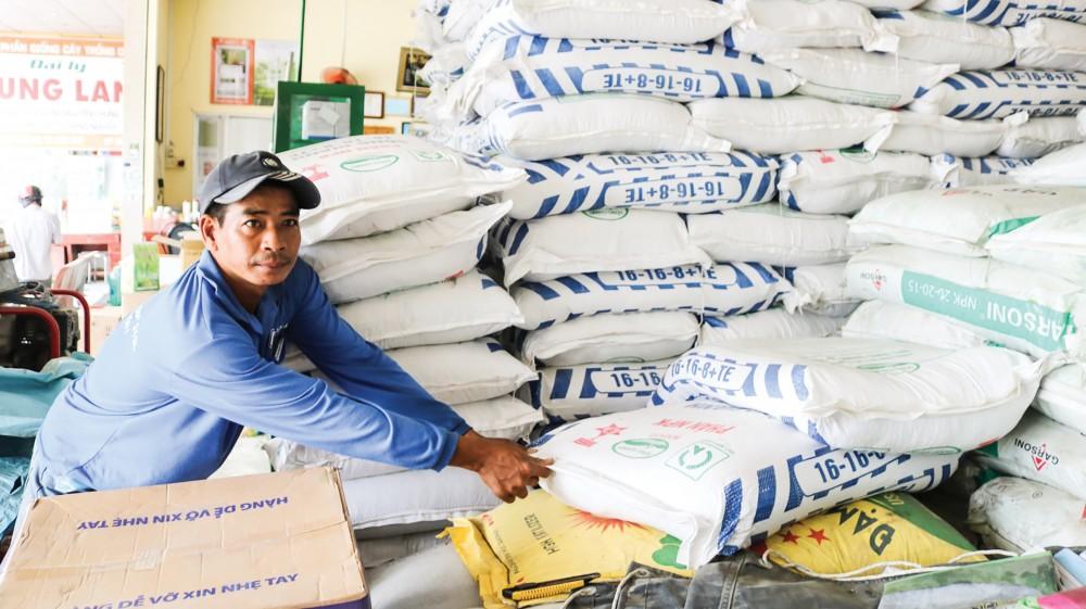 Phân bón được bày bán tại một cửa hàng vật tư nông nghiệp ở huyện Thới Lai, TP Cần Thơ.