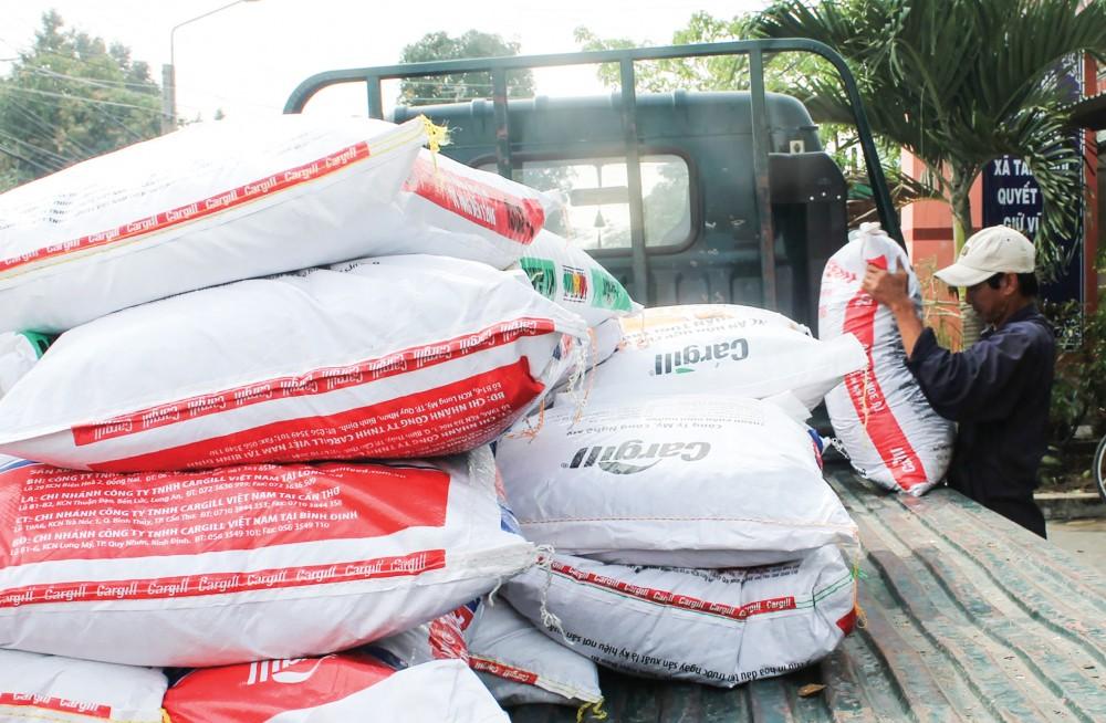 Thức ăn chăn nuôi đưa lên xe tải để chuẩn bị giao cho khách hàng tại một cửa hàng kinh doanh thức ăn chăn nuôi ở huyện Cờ Đỏ, TP Cần Thơ.