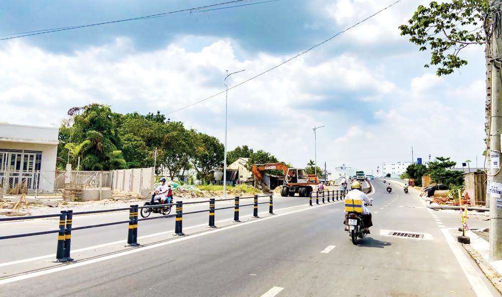 Công trình đường Trần Hoàng Na đưa vào sử dụng giảm áp lực giao thông cho đường Nguyễn Văn Linh, hiện đang hoàn thiện hạng mục chiếu sáng, vỉa hè...
