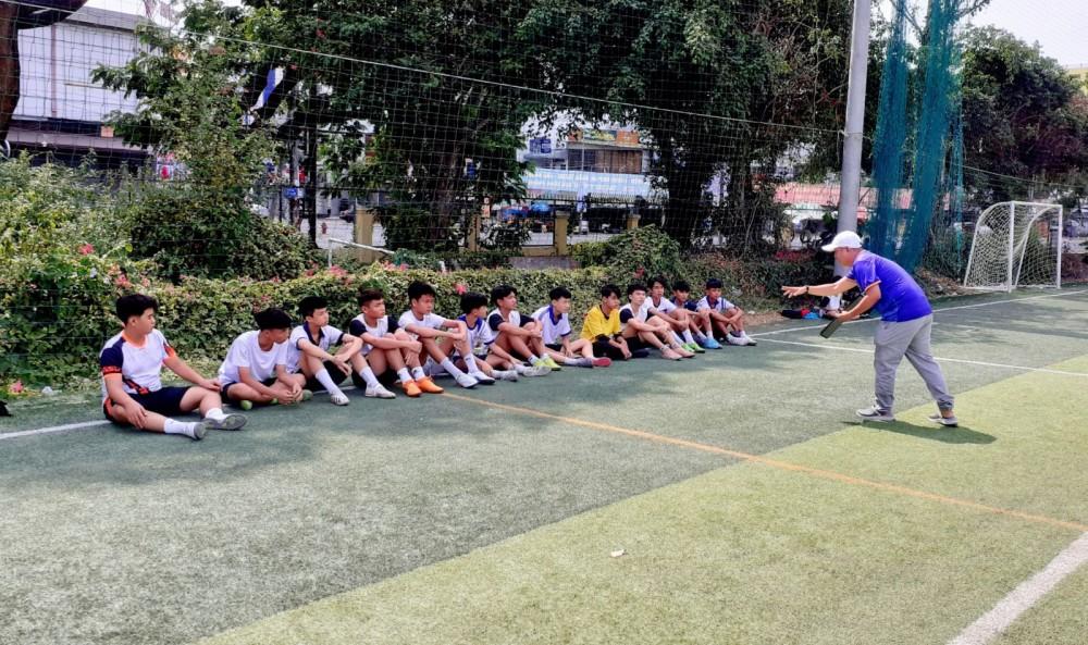 HLV Lý Tiền Minh trao đổi với các học trò trong buổi đá tập huấn với đội U15 Cần Thơ.