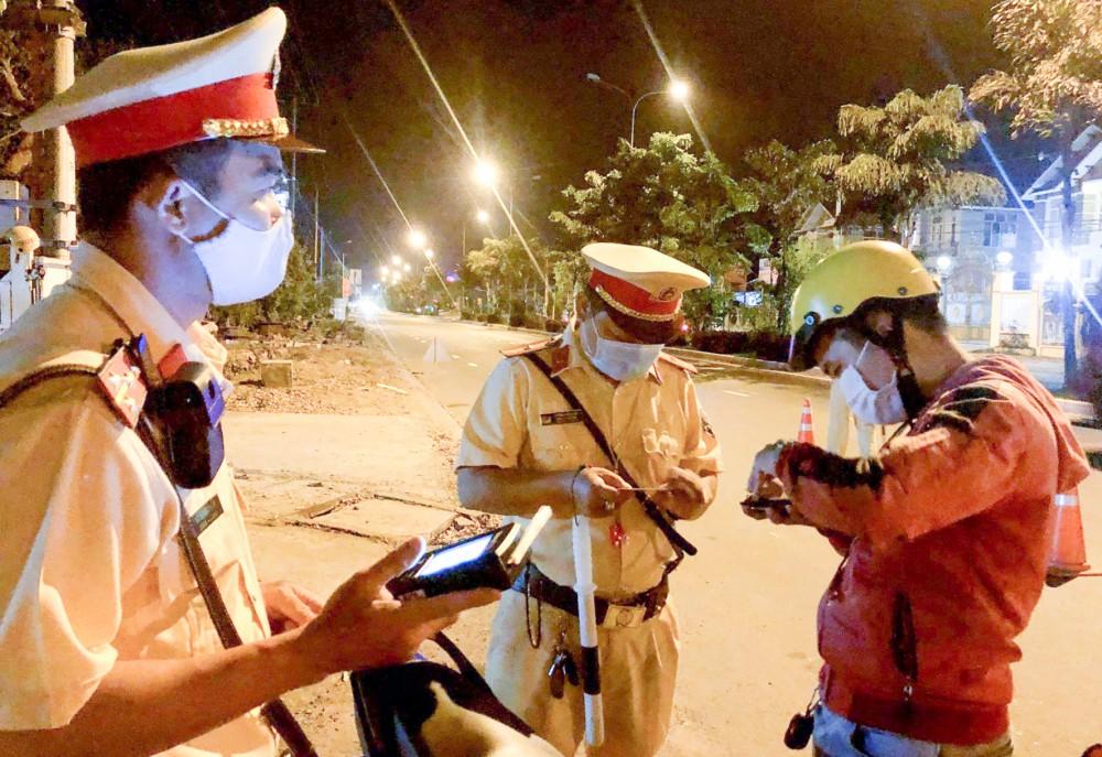 CSGT-TT Công an huyện Phong Điền kiểm tra chuyên đề xử phạt vi phạm hành chính người điều khiển xe mà trong cơ thể có chất ma túy, nồng độ cồn.
