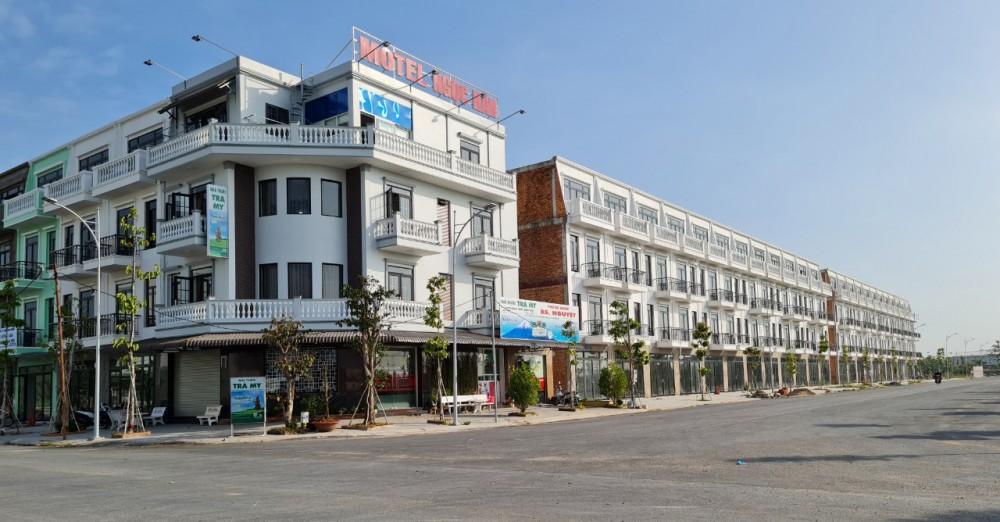 Nhà phố thương mại cũng như đất nền ở các dự án khu dân cư tại TP Cần Thơ đang ở mức giá khá cao so với thu nhập của nhiều người. Ảnh chụp tại khu dân cư Hồng Loan (Lô 5C).