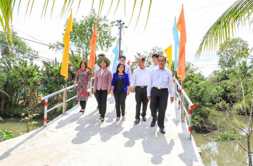 Các đại biểu tham quan công trình hữu nghị cầu Ba Thụ (xã Mỹ Khánh, huyện Phong Điền).