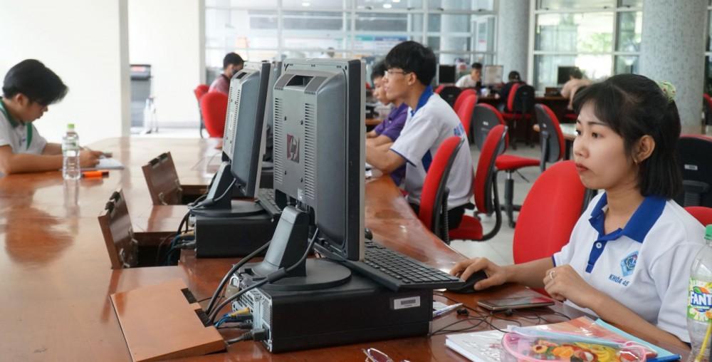 Sinh viên Trường ĐH Cần Thơ tìm tài liệu học tập tại Trung tâm học liệu của trường (khu II, đường 3-2). Ảnh: B.NG