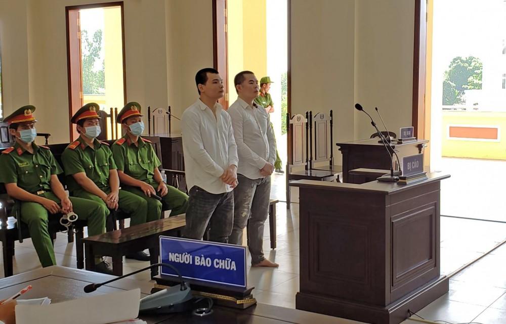 Bị cáo Sơn và Khánh nghe Hội đồng xét xử tuyên án.