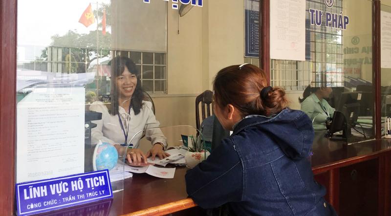Công chức Tư pháp - Hộ tịch của UBND phường Thới Thuận tiếp nhận, giải quyết thủ tục hành chính cho người dân.