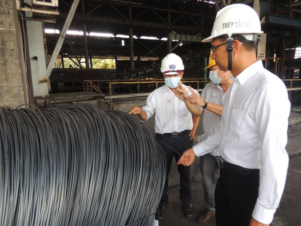 Các đại biểu tham quan hoạt động sản xuất tại Công ty Thép Tây Đô.