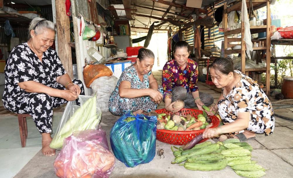 Các cô chuẩn bị nguyên liệu cho bữa nấu ăn thiện nguyện.