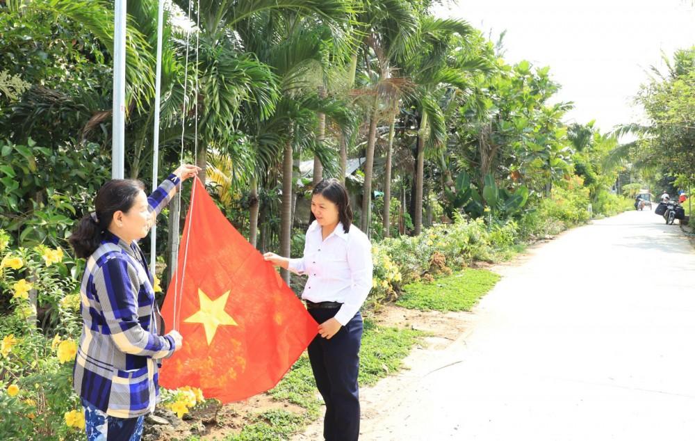 Ủy ban MTTQVN xã Trường Long, huyện Phong Điền phối hợp vận động người dân treo cờ Tổ quốc vào các ngày lễ, Tết.