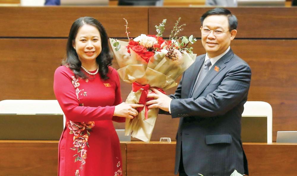 Chủ tịch Quốc hội Vương Đình Huệ tặng hoa chúc mừng Phó Chủ tịch nước Võ Thị Ánh Xuân. Ảnh: DOÃN TẤN - TTXVN