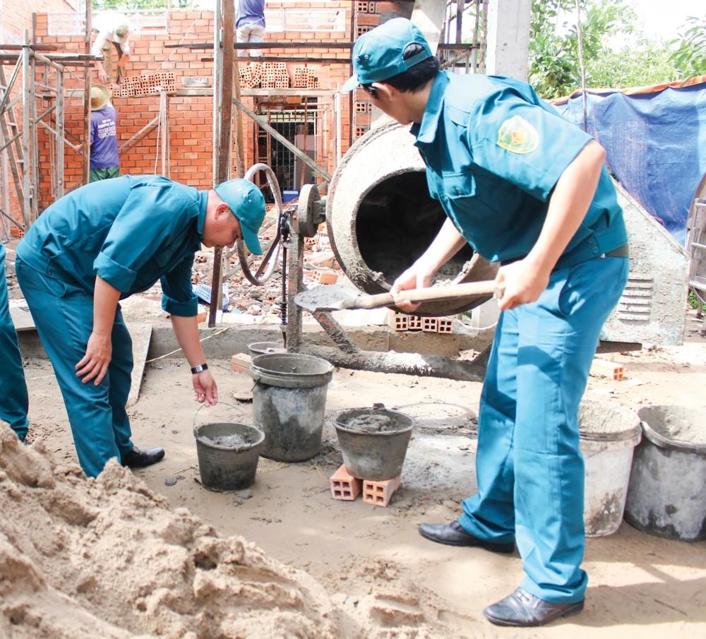 Dân quân thường trực phường Long Hưng hỗ trợ chiến sĩ Nguyễn Thị Hoàng Quyên xây dựng nhà.