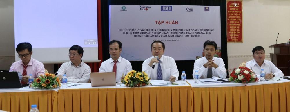 Các diễn giả giải đáp những thắc mắc của doanh nghiệp trong thời gian thảo luận. Ảnh: S.H