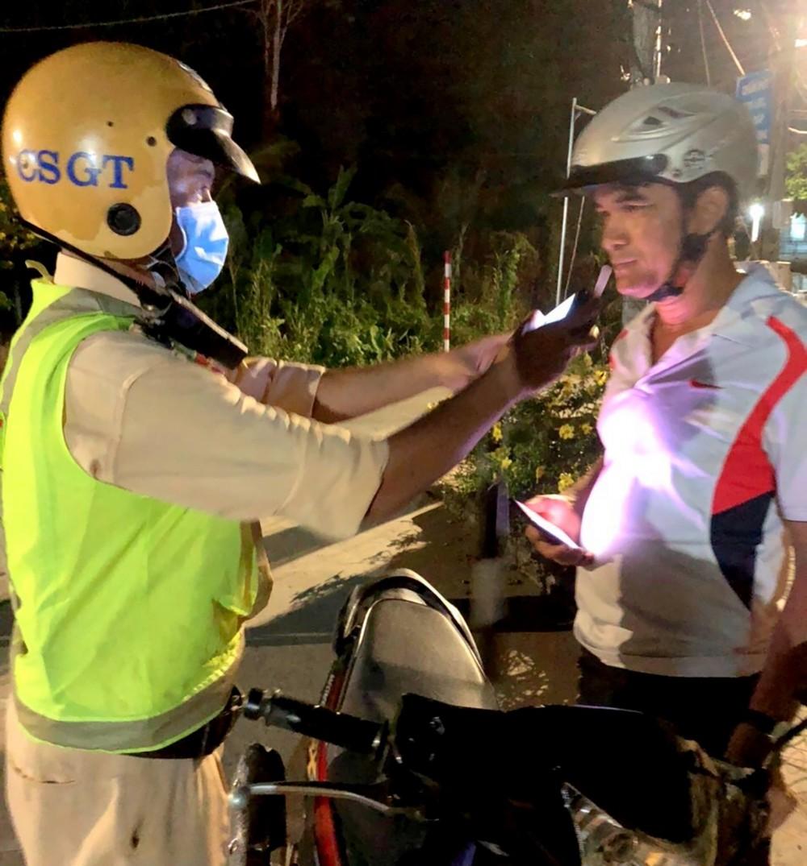 CSGT-TT Công an quận Ô Môn kiểm tra nồng độ cồn của người điều khiển phương tiện.