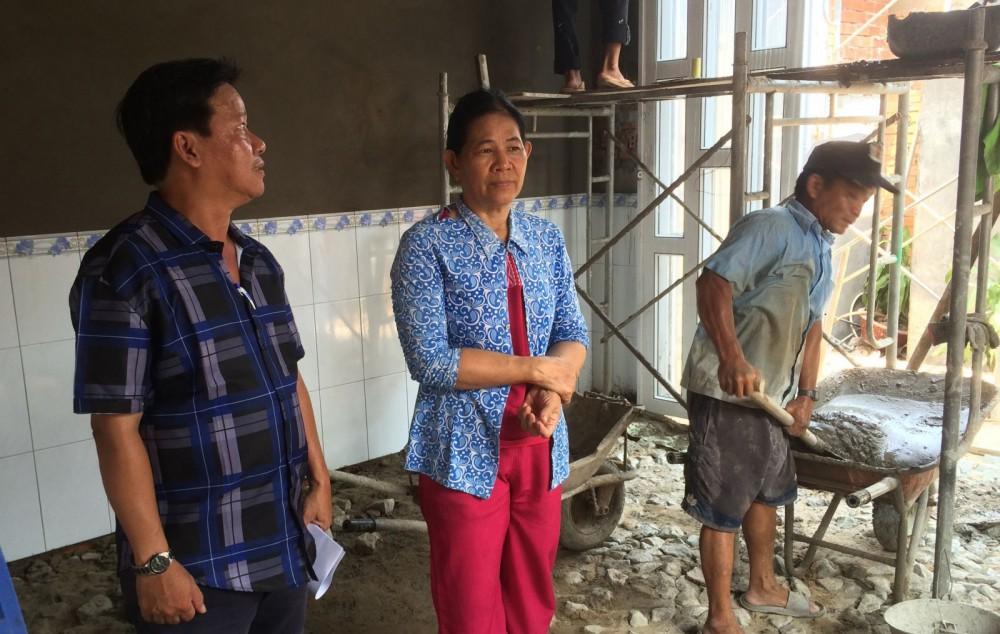 """Ông Nguyễn Chí Hướng, Phó Chủ tịch HND quận Thốt Nốt (bên trái) thăm hỏi kiểm tra tiến độ xây dựng """"Mái ấm nông dân"""" cho gia đình chị Loan."""