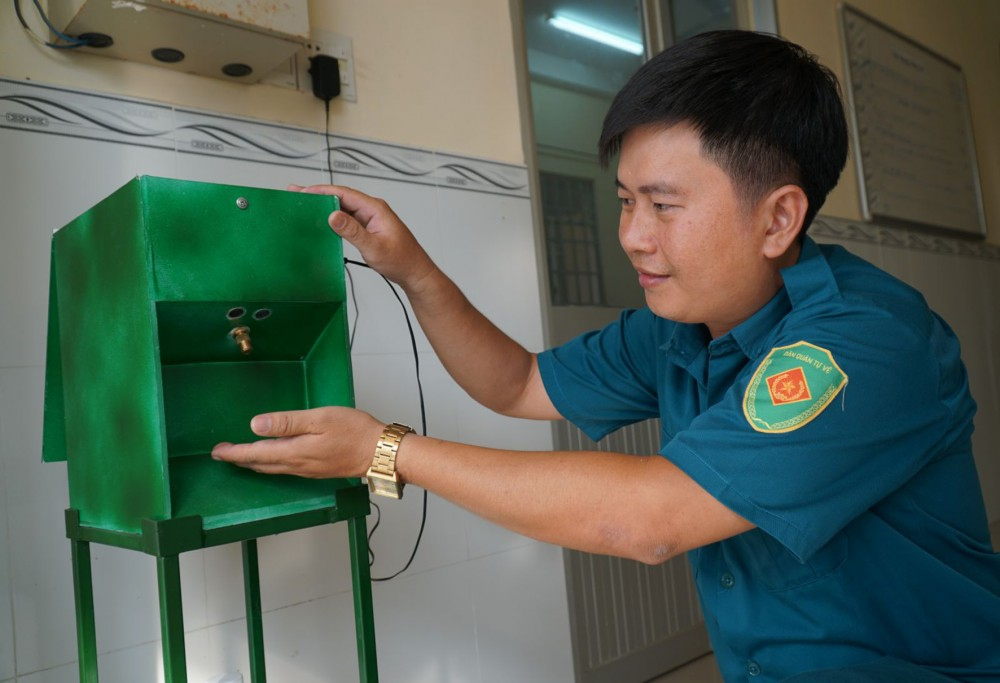 Máy rửa tay tự động phòng, chống dịch COVID-19 của Ban CHQS phường Hưng Thạnh.