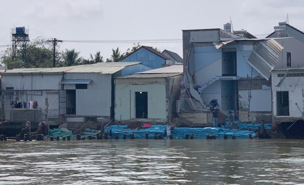 Đoạn sạt lở cặp sông Trà Nóc có chiều dài khoảng 65m khiến 12 căn nhà bị sụp lún, răn nứt.