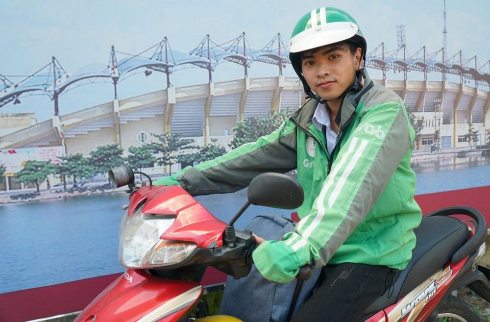 Sau giờ học, Tấn Lộc chạy xe ôm công nghệ để trang trải chi phí học tập.