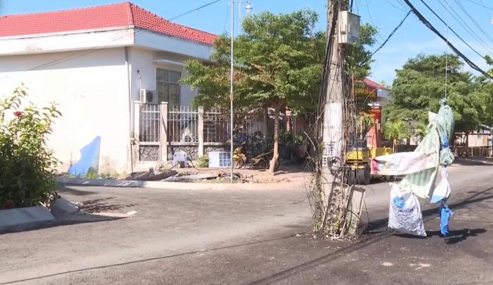 Những trụ điện nằm giữa đường tiềm ẩn nguy cơ xảy ra tai nạn giao thông.