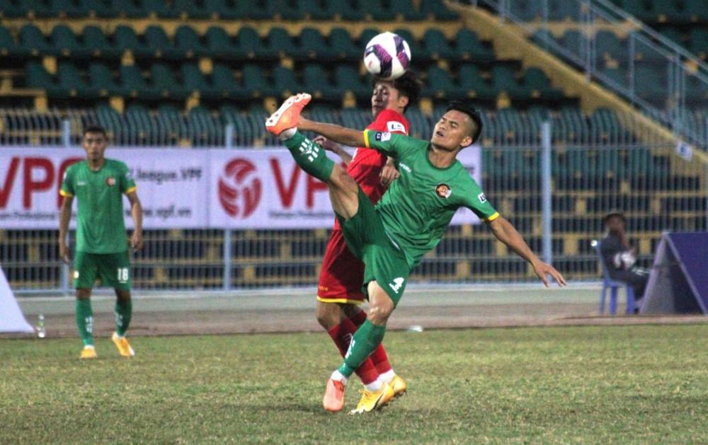 Cầu thủ Cần Thơ (phải) đang khát điểm sau 1 trận hòa và 1 trận thua.
