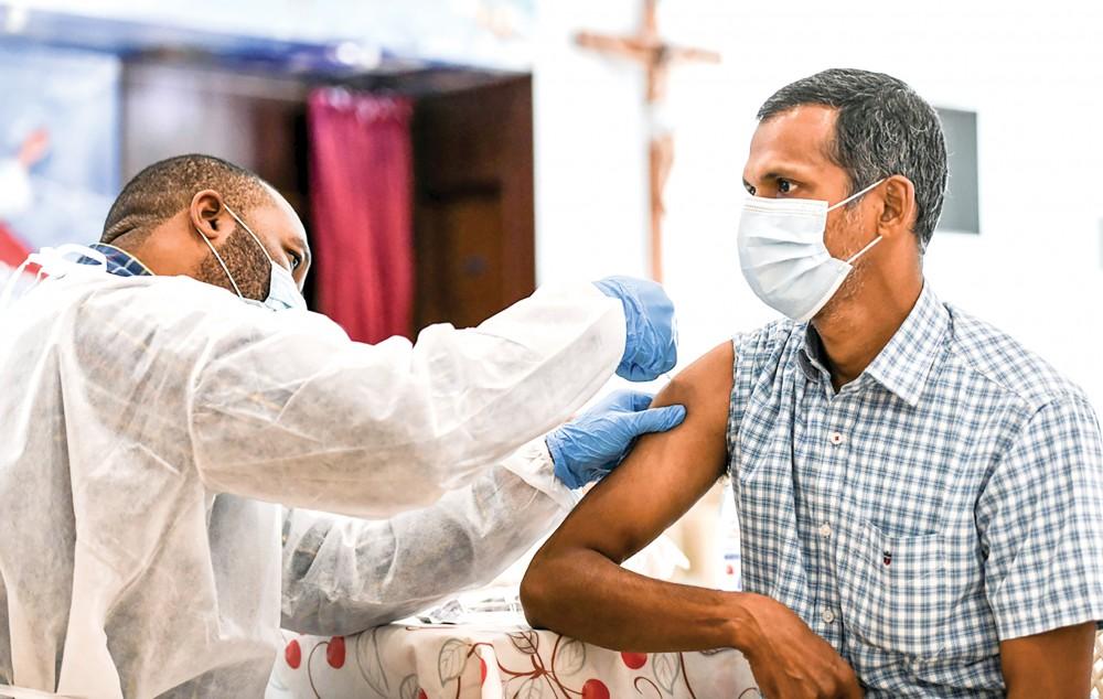 Một người đàn ông UAE được tiêm vaccine COVID-19. Ảnh: China Daily