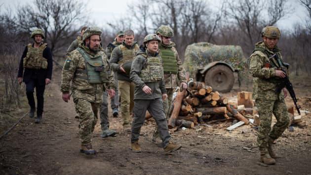 Tổng thống Volodymyr Zelenskiy (giữa) đến thăm binh sĩ Ukraine tại khu vực miền Đông đang tranh chấp với lực lượng ly khai. Ảnh: BBC