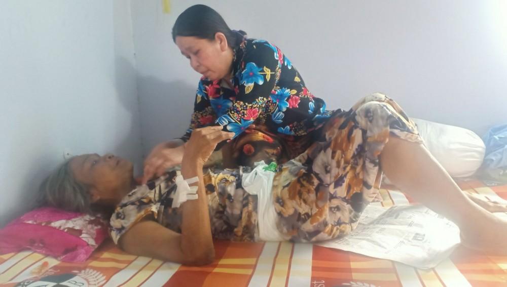 Bà Hồng đang chăm sóc người chị chồng bị bệnh suy thận mạn tính.