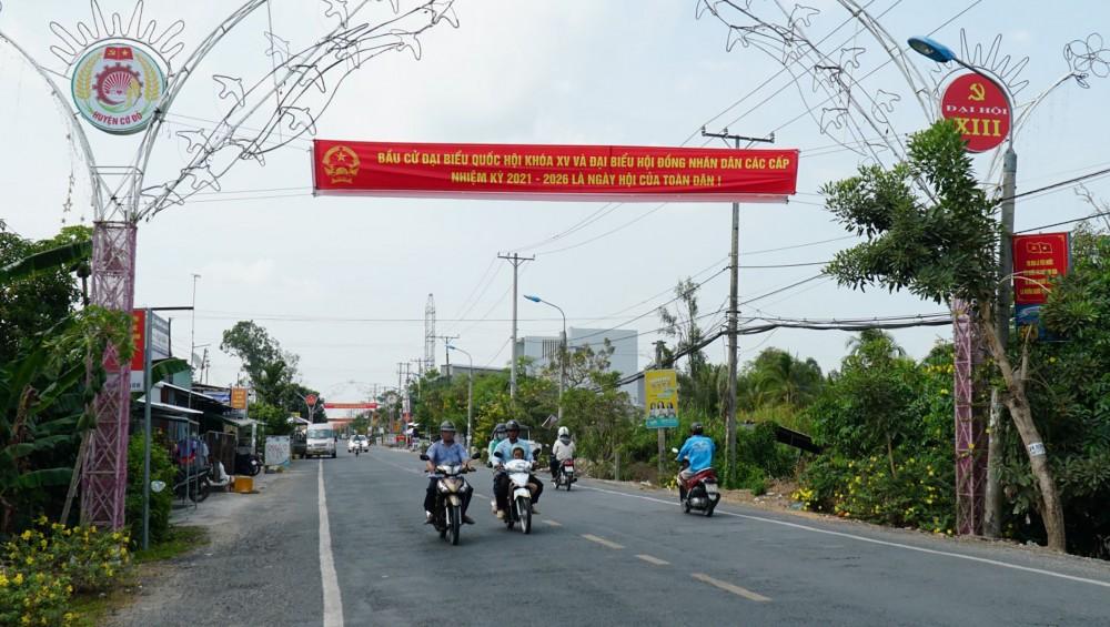 Huyện Cờ Đỏ đã treo 175 băng-rôn tuyên truyền về cuộc bầu cử trên các tuyến đường, nơi làm việc.