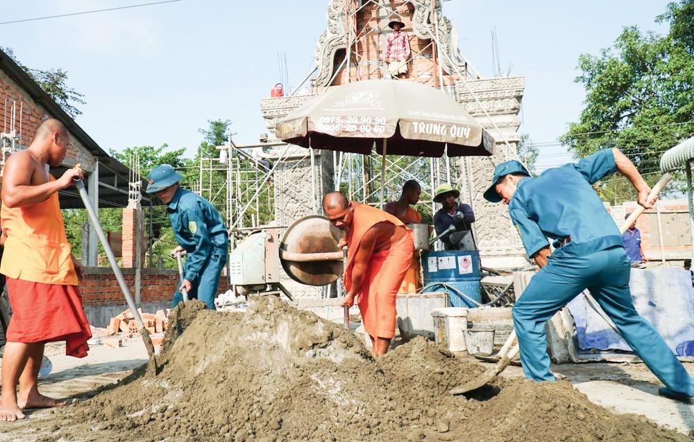 Các dân quân và tăng sinh tham gia làm hàng rào Học viện Phật giáo Nam tông Khmer.