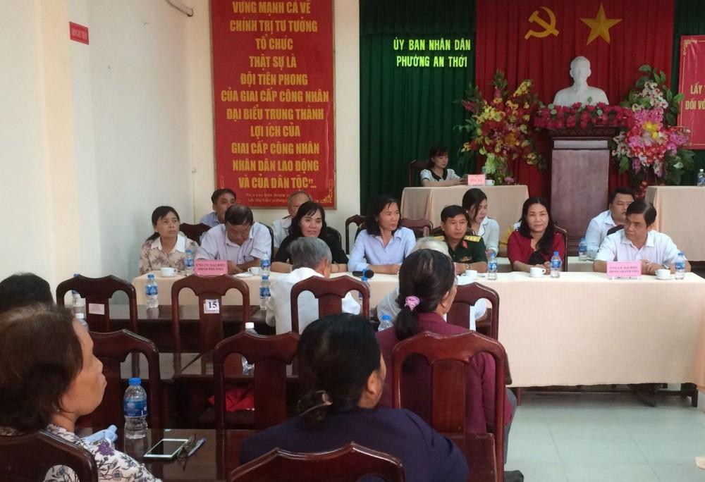 Ông Nguyễn Xuân Hải (bìa phải), Ủy viên Ban Thường vụ Thành ủy, Phó Chủ tịch Thường trực HĐND thành phố, cùng những người ứng cử tham dự hội nghị.