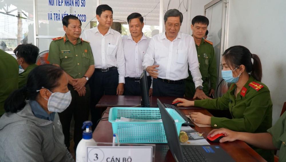 Đồng chí Phạm Văn Hiểu, Phó Bí thư Thường trực Thành ủy, Chủ tịch HĐND thành phố, động viên cán bộ, chiến sĩ Công an huyện Thới Lai làm nhiệm vụ cấp căn cước công dân cho người dân.