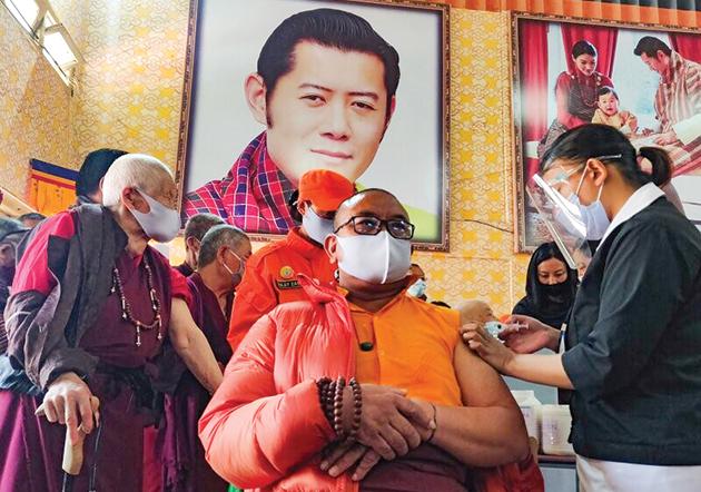 Một nhà sư được tiêm vaccine COVID-19 ở Bhutan. Ảnh: AFP