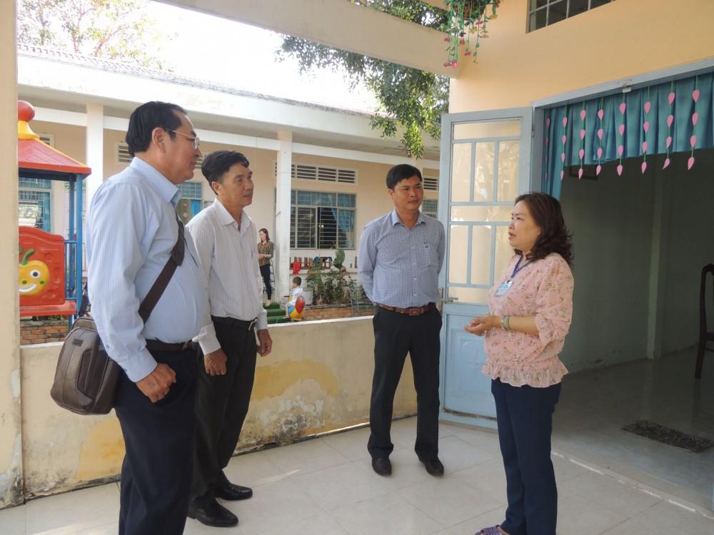 Đoàn giám sát XD NTM thành phố khảo sát tại Trường Mầm non Nhơn Ái, huyện Phong Điền.